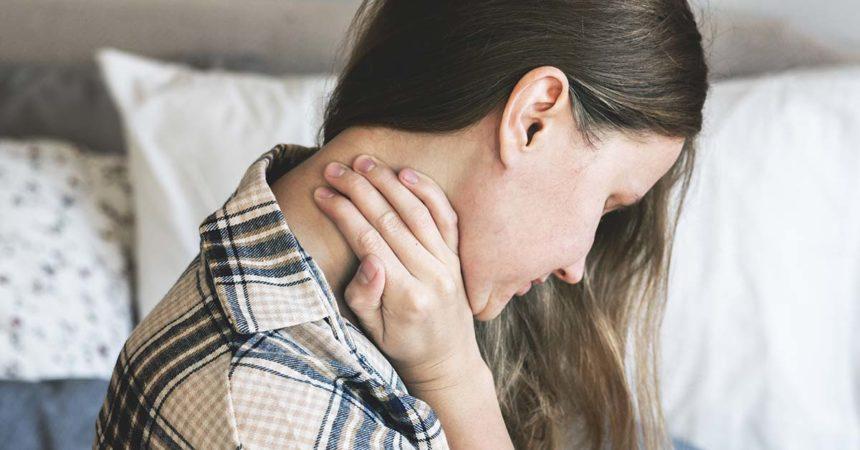 Fortes dores pelo corpo, especialmente na musculatura, podem indicar fibromialgia